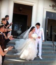 Hoa cưới của Đan Trường và vợ rực rỡ ngập tràn hoa tươi