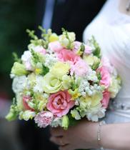 Hoa cầm tay cô dâu đơn giản đẹp