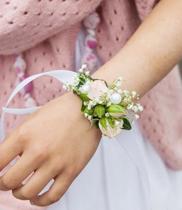 vòng hoa tươi đeo tay