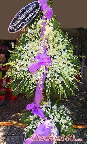 Đặt vòng hoa đám tang màu trắng