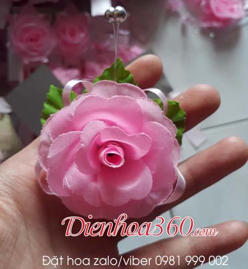 Hoa cài áo vu lan màu hồng