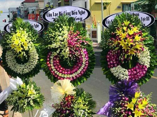 Vòng hoa tang lễ DV giao hoa tận nơi