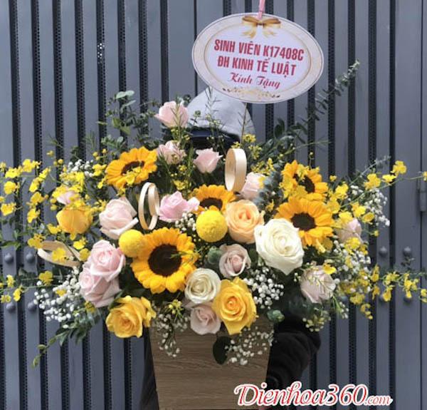 Bạn có thể chọn những bó hoa như: cẩm tú cầu, hướng dương, hoa hồng xanh, .... sở hữu gam màu hợp với bản mệnh. Đồng thời, những đoá hoa xinh đẹp này cũng góp phần mang đến vẻ đẹp hoàn hảo, lung linh